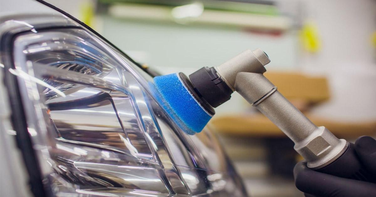 trabajo de pulir de foco de carro