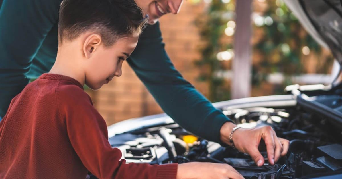 revisión del motor por cuidado de su auto en cuarentena