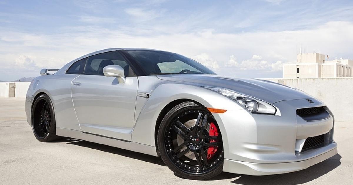 Hermoso vehículo Nissan GTR